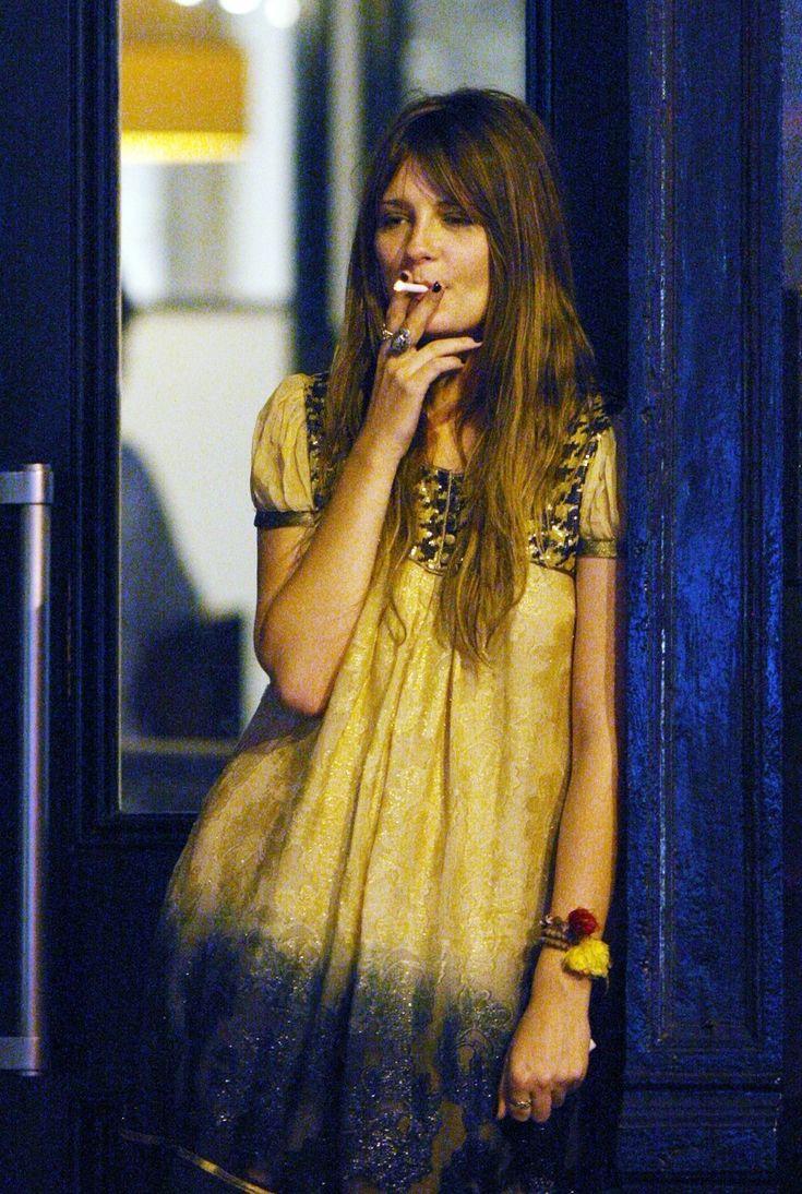 https://i.pinimg.com/736x/ab/c9/8a/abc98a3a396fc4f771466794f07fb153--celebrity-smokers-mischa-barton.jpg