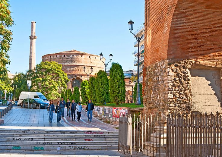 Roman, byzantine, ottoman empires left their mark until now in the northern city of Thessaloníki, which always was one of the biggest and most important commercial port through all these historic periods. Meet Thessaloniki and plan with us your trip to Greece! With inspiration!