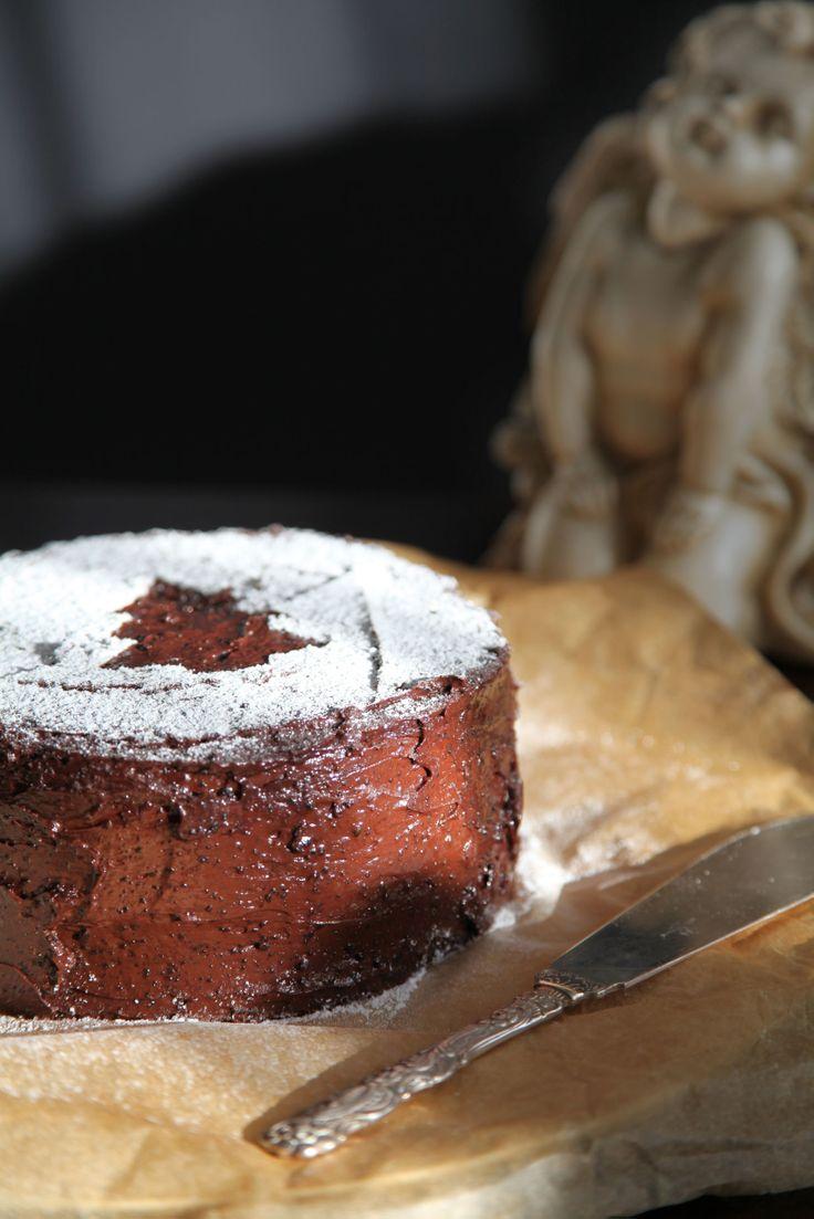 chocolate cake http://reviczkyblog.com/2013/12/06/karacsonyozzunk-nagyon-csokis-liszt-nelkuli-mandulas-torta/