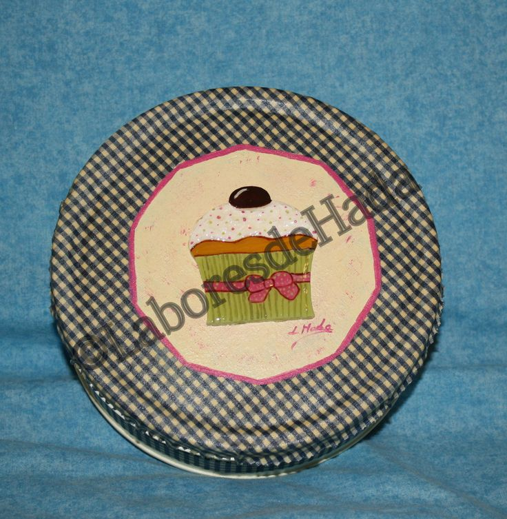 Caja de metal decorada con tela y silueta de cupcake