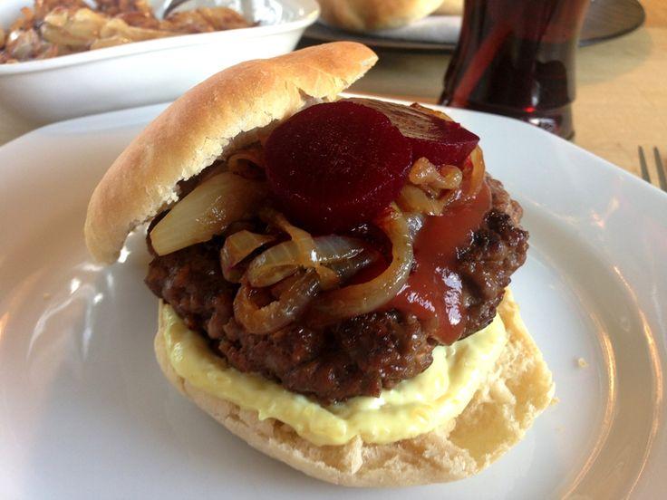 Bøfsandwich. Her finder du opskriften på bøfsandwichen som i de gode gamle dage. Hakkebøf i en blød burgerbolle og masser af bløde løg og rødbeder.