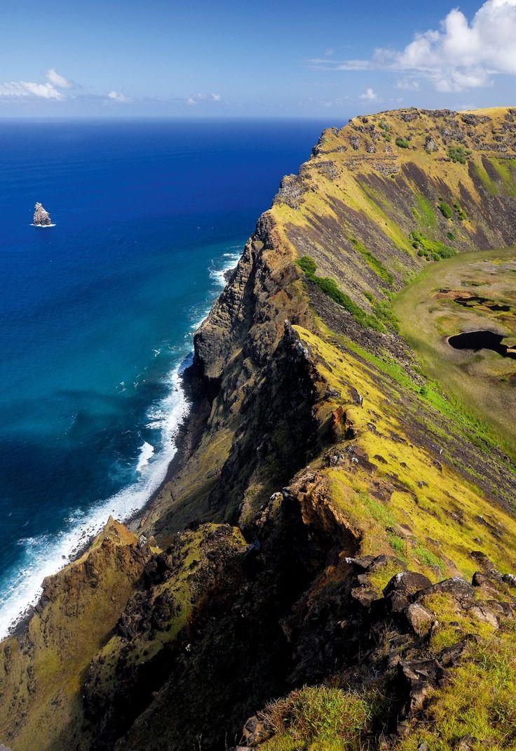 Isla de Pascua · National Geographic en español. · Grandes Viajes. Rano Kau Desde el volcán se divisan los islotes Motu Iti, Motu Kao y Motu Nui. Los «hombres pájaro» debían nadar hasta ellos y escalarlos para conseguir huevos de golondrina de mar.