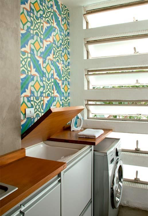 Lavanderia secreta! A bancada de madeira da cozinha se abre e revela um tanque, com torneira escondida na lateral interna. Não é uma boa ideia para pequenas áreas de serviço? #home