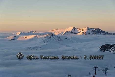 Panorama au dessus des nuages en début de soirée