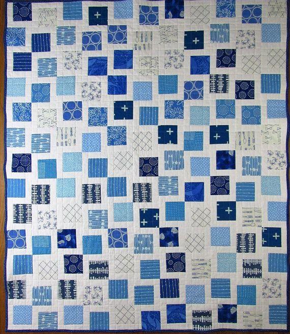 Dit is een aanbieding voor een handgemaakt modern baby quilt geïnspireerd door de kleuren van de school van Kentucky en de Universiteit van North Carolina (blauw en wit) met premium katoenen stoffen. Het bestaat uit 120 4 moderne blokhut eenheden waar een 3 ½ Blue Square is ingelijst door (2) 1 ½ White Strips.  De achterkant van deze quilt functies krabben in wit door tijdloze schatten. De binding is door Hoffman stoffen: Birds Eye in Lapis. Het dekbed is gewatteerd met eenvoudige rechte…