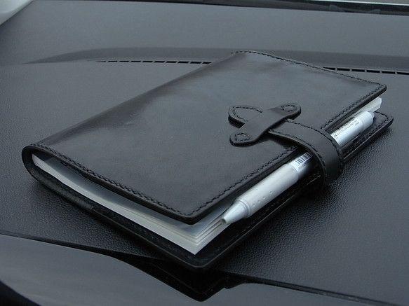 商品詳細□車で使いたいB6ノートブックカバーを作りました。□シンプル&レトロです。□革色は、黒色です。ステッチは、黒色です。□革部分:約横140mm&time...|ハンドメイド、手作り、手仕事品の通販・販売・購入ならCreema。