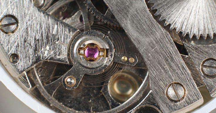 Cómo reparar un reloj automático Seiko. Las complejidades de un reloj automático Seiko hacen que el trabajo hágalo usted mismo sea difícil. El alto costo, las características exclusivas y la tecnología innovadora de lujo de estos relojes intencionadamente indican que un profesional es lo mejor para reparaciones de cualquier tipo. Seiko ha existido desde 1881. La compañía comenzó a ...