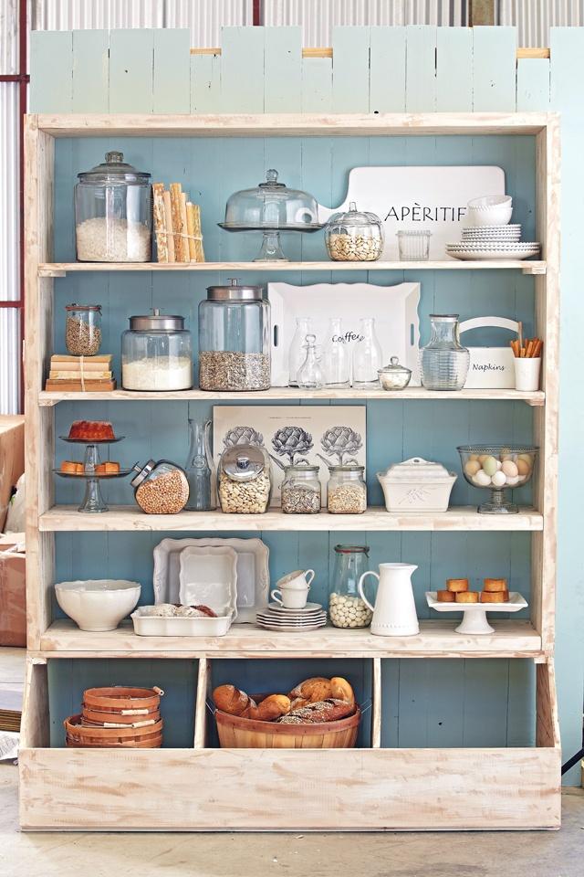 Déjate inspirar con los detalles en blanco, texturas, maderas y transparencias para sumergirte en la acogedora tendencia rústica y cocinas blancas.