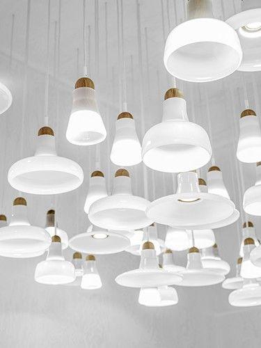 Con distintas formas y tamaños pero todas blancas, unas lamparas geniales!!! #lamparas #iluminación