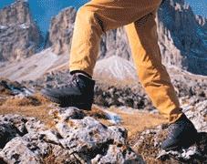 Hat sich ein Fußpilz erst einmal angesiedelt, kann er dort jahrelang leben und wechselnd starke Beschwerden hervorrufen.