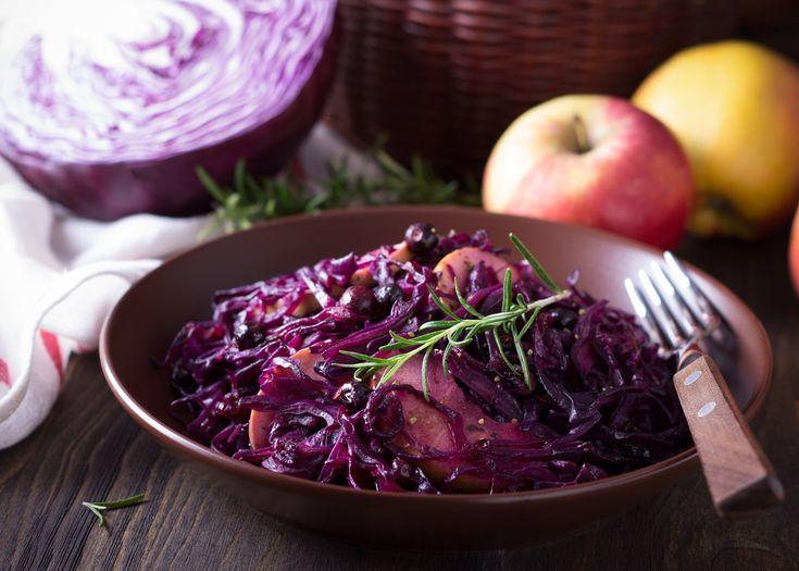 Préparation : 1. Retirez les premières feuilles du chou rouge, puis émincez-le en fines lamelles. Epluchez les pommes et coupez-les en quartiers. 2. Faites fondre le beurre dans une cocotte, et fai…