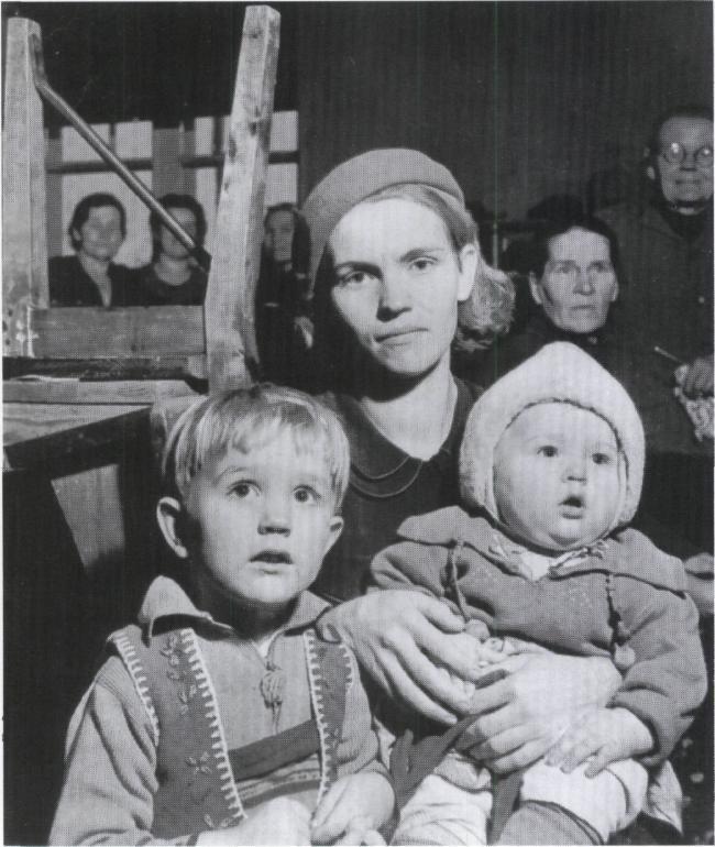Kvinna med barn i Finland ca 1940. Fotograf: Thérèse Bonney. Svartvitt foto, u å. Museiverket Helsingfors / Woman with child in Finland, approx 1940. Photographer: Thérèse Bonney. Black and white photo, National Board of Antiquities, Helsinki