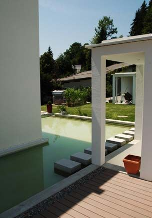 Modernes Anwesen mit halbseitig um das Haus umlaufenden Pool und angrenzenden Terrassen mit MYDECK WPC Barfußdielen.  Garten-pool, Pooldielen