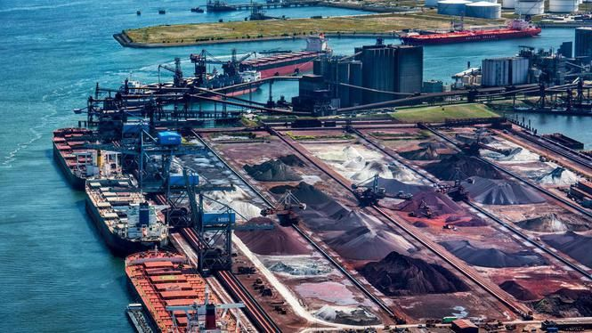 Forse tegenvaller haven Rotterdam: kolenoverslag met 18 procent gekrompen [...] 'Wij als Havenbedrijf gaan niet zelf hier een bioraffinaderij neerzetten. We gaan wel op zoek naar die investeerder in zo'n raffinaderij.' Grote concurrenten van Rotterdam, Sjanghai, Singapore en Houston, zijn helemaal niet bezig met een energietransitie, weet het Havenbedrijf.