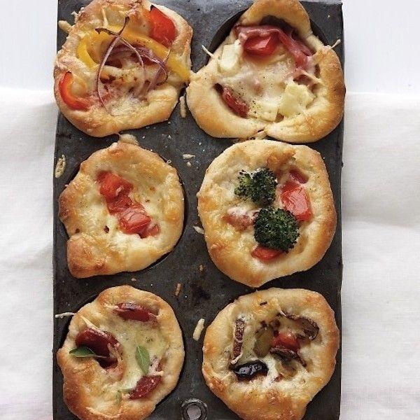 Een cupcake-bakplaat is heel handig om… wel, cupcakes te maken. Maar je kan het voor zo veel meer dingen gebruiken! Wees geïnspireerd! Gebruik je bakplaat om kleine porties verse bouillon in te vriezen. Ideaal voor wanneer je voor een klein gezelschap moet koken. Wanneer jeeen brunch organiseert voor een grotere groep, kan je verschillende omeletten … Continued