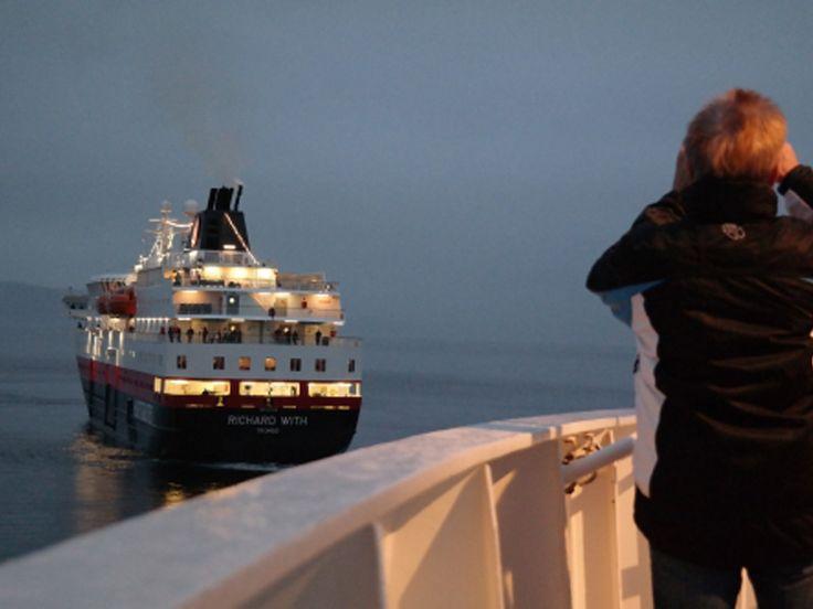 2017 Hurtigruten 12-daagse Single reis Bergen - Kirkenes - Bergen  Hurtigruten 12 daagse single reis Bergen - Kirkenes - Bergen vertrek 2017. Hurtiguten de post route langs de Noorse kust is niet te vergelijken met andere cruise maatschappijen. Bij Hurtigruten gaat het om de rust de natuur de ruimte en het ontdekken van de lokale bevolking. Deze eeuwenoude post route start in de Hanzestad Bergen. De Hurtigruten schepen varen het hele jaar door waardoor elke reis weer een andere beleving zal…