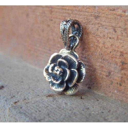 Liontin perak motif bunga mawar  Dimensi: 25x14x4mm  Bahan: Perak 925  Cocok digunakan sehari hari, Liontin perak asli buatan pengrajin dari Bali.  Atau juga bisa untuk dijadikan sebagai hadiah.