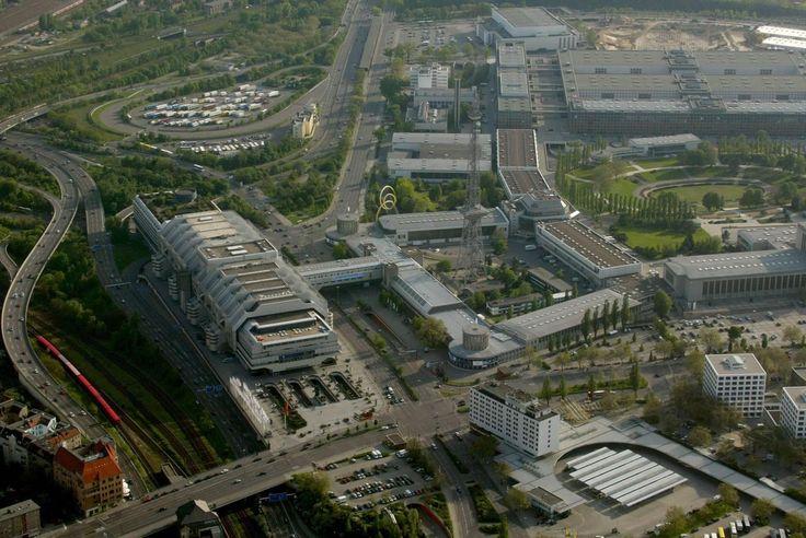 Berlin - ICC - Messegelände - Der ZOB, unten rechts, befindet sich ja auch nicht ohne Grund gleich neben der Autobahn.