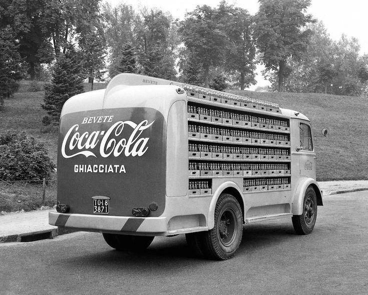 IlPost - Torino, Italia - Un furgone per la distribuzione della Coca Cola, 20 settembre 1955. (©Silvio Durante/Lapresse Archivio storico)