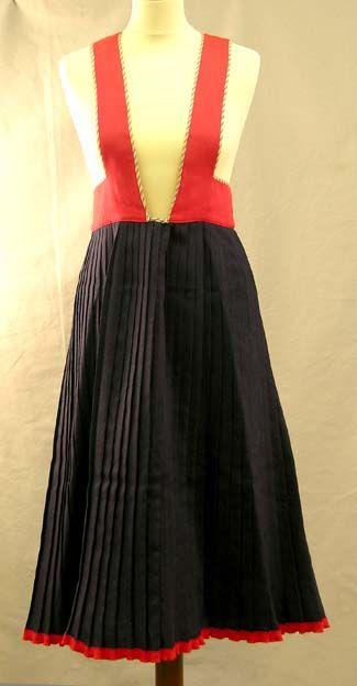Kansallispuku, naisen Räisälän puku | Kuvaus: Liivihameen yläosa punainen, punavalkoraitaiset kanttaukset, valkoinen vuori. Hame edestä auki, kiinnitys 1 kpl metallihakasella ja 2 kpl neppareilla. Hameosa tummansininen, 1½ cm vekit. Helmassa punainen raita erillisestä kankaasta. | Ajoitus: 1950-luku | Turun museokeskus, esinenumero TMM22847:2