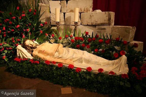 Zdjęcie numer 3 w galerii - Grób Pański w kościele oo. pijarów. Chrystus jako ofiara eutanazji