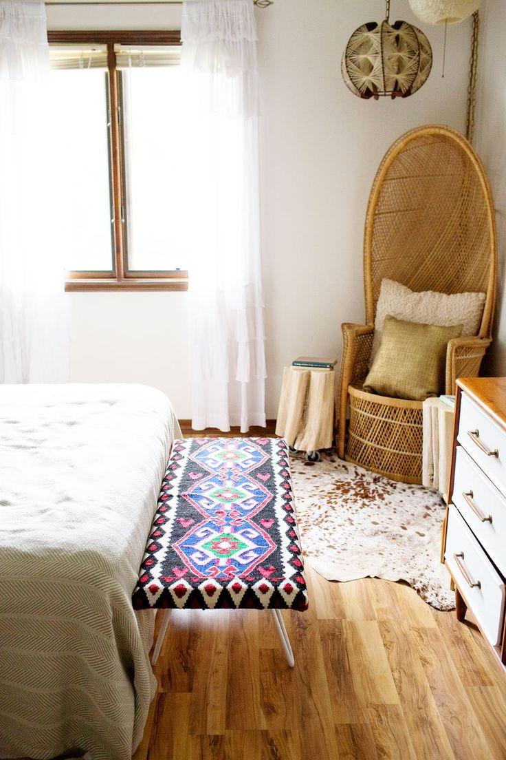 玉座のような椅子がインパクトのあるお部屋。窓より大きいサイズの白カーテンが優雅な雰囲気に一役買っています。