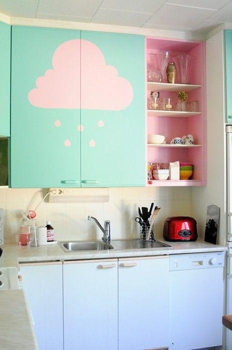 Candy colour kitchen: paint a cloud! DIY.  Cambia l'aspetto della tua vecchia cucina con un po' di vernice e dei semplici disegni. Colori pastello. #faidate