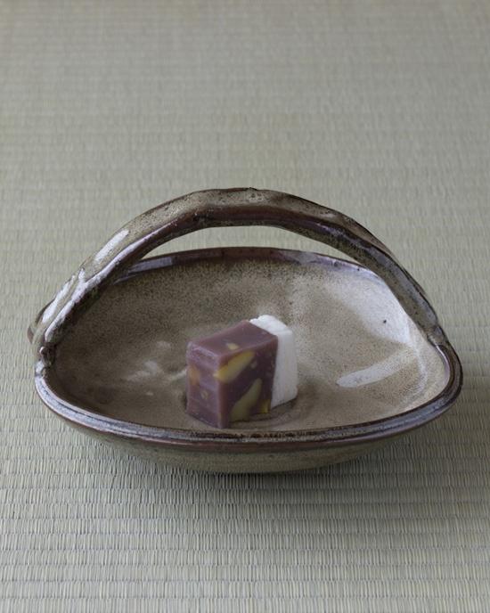 薯蕷の白と、栗蒸羊羹の黒。これも秋の色目です。 菓=上り栗/松華堂(半田) 器=八代焼手鉢 江戸時代