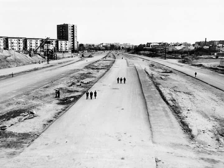 """Paseando por la M-30 -- Imagen tomada por el fotógrafo alemán Peter Witte y donada por el autor al Museo de Historia de Madrid. En el reverso de la imagen aparece escrita esta frase """"La interminable M-30. Primavera 1974, Domingo tarde""""."""