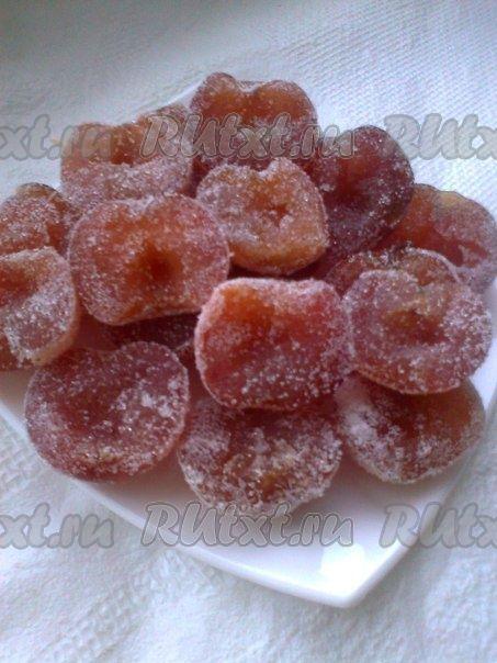 Сладкие, вкусные и долго хранящиеся — полезная замена конфет! Цукаты из яблок можно использовать вместо конфет. К тому же они намного полезнее. Также цукаты можно делать разных форм. Рецепт № 1 Ингредиенты: • Сахар – 1,2 кг • Яблоки – 1 кг • Вода – 400 мл Приготовление: Для приготовления цукатов из яблок нам нужно взять свежие яблоки, очистить и