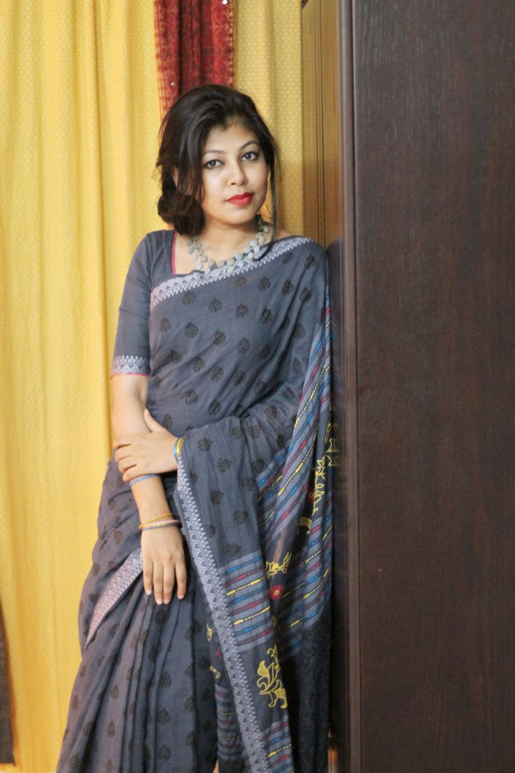 It's been three months, I have been wearing mid sleeve blouses and mid length, because its more comfortable and traditional. Its a 'Surma' colour pure cotton saree, simple block printed allover and handwork in the 'achol'. Wore a clay necklace which is natural dyed in bluish shade.