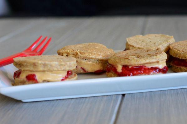 Mini-pannekaker med jordbær og peanøttsmør (Bakekona)