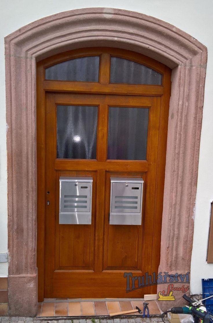 Vstupní dveře, kazetové jednokřídlé v rámové zárubni osazené do pískovcového ostění. Smrkové dřevo, nátěr lazurou.