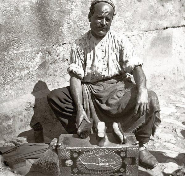AYAKKABI BOYACISI (shoeshiner). Istanbul, 1910.