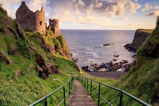 Noord-Ierland is Ierland in een notendop: groene heuvels, knusse dorpjes, stoere kastelen aan de klifranden en een spectaculaire kust.