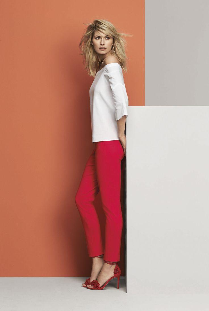 Agencez un haut en popeline avec épaules dénudées à un pantalon rouge vif pour un look ultra tendance.
