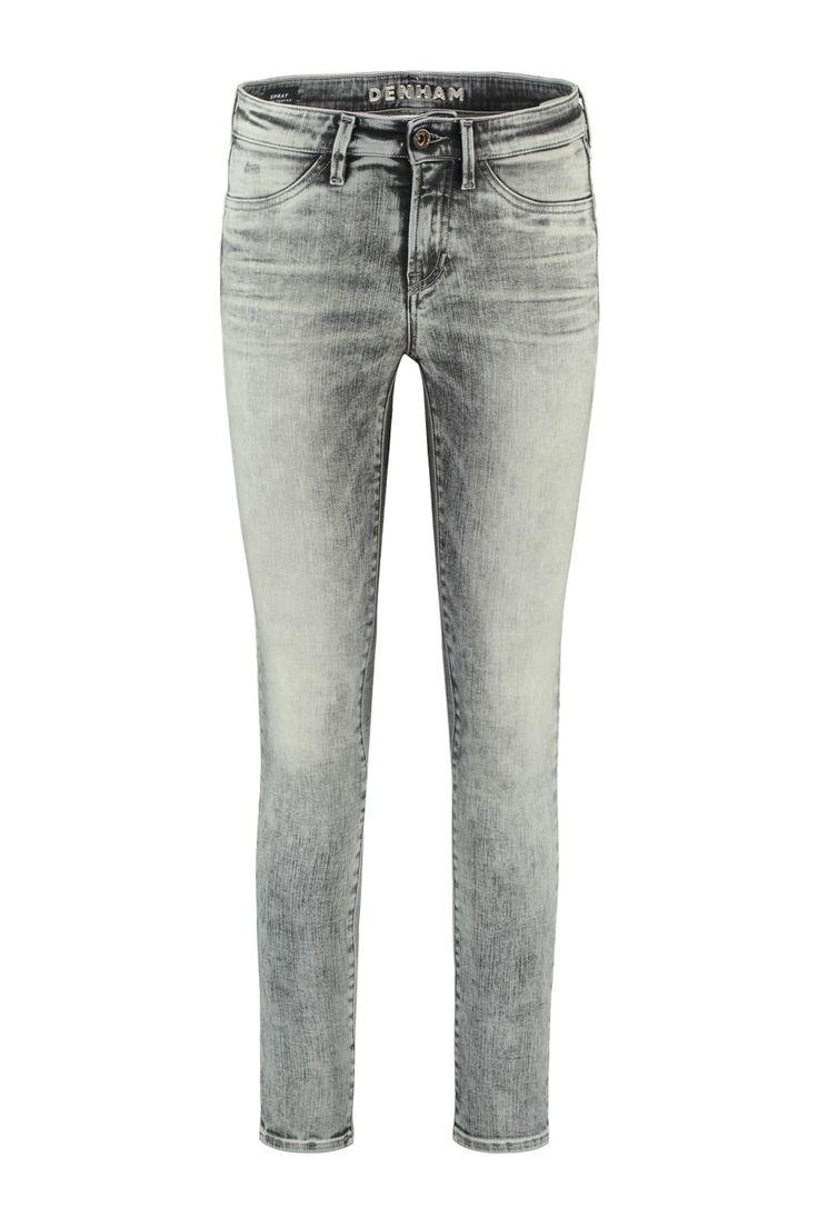 Deze Spray jeans van Denham The Jeanmaker is van 92% katoen, 6% polyester en 2% elastaan. De Spray is een super tight fit met ritssluiting. Deze zwarte jeans is heel ver afgewassen waardoor deze hele lichte details heeft. Denham Spray HBG - 02-16-02-11-0