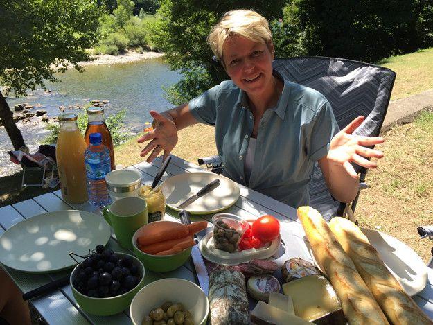 Teltcamping og franske specialiteter  lige ned til floden, er ferie i top.