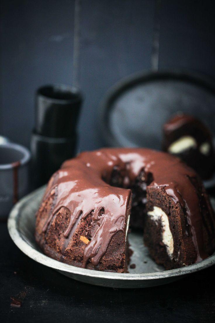 Heute auf meinem Teller und Blog also ein Rezept für ziemlich dekadent saftig schokoladigen Devil Food Schokoladen-Kakao Gugelhupf mit Cheesecakefüllung also. Ja, Sie lesen richtig. Sonntag ist Tat…