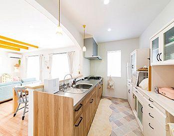 キッチンには、ひし形模様のクッションフロアを採用。