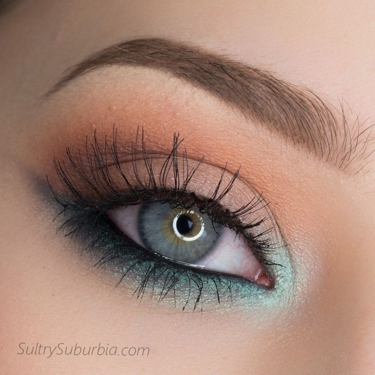 ojo enmarcado en turquesa claro con efecto alado por debajo y tonos rosados y melocotón en el párpado