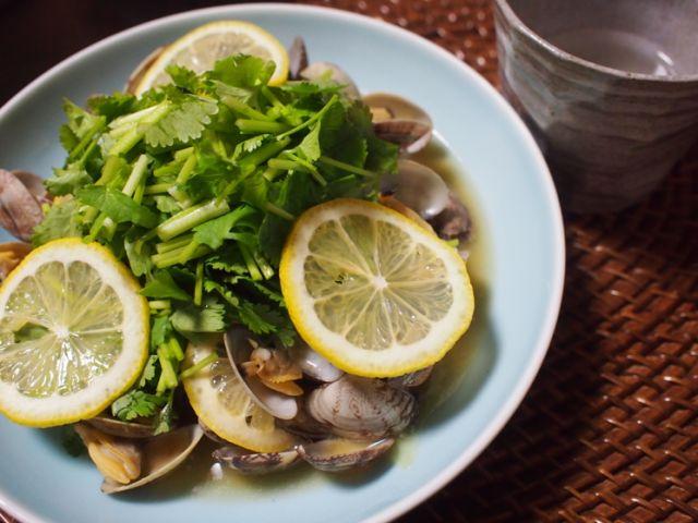 今が旬!味も見た目もさわやか春色「レモンとパクチーであさりの酒蒸し」レシピ - macaroni