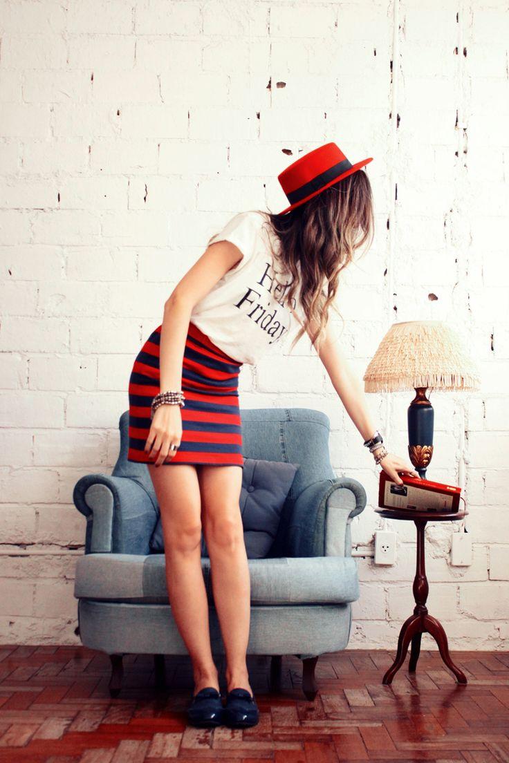 Look du jour com uma inspiração que já é clássica por aqui: navy! Amo essa combinação de azul marinho e vermelho, especialmente se vem com listras como é o caso dessa saia linda daFront Row. Já que a saia é mais justinha optei por usar uma tshirt básica mais soltinha. Amo balancear quando tem umaContinue Reading