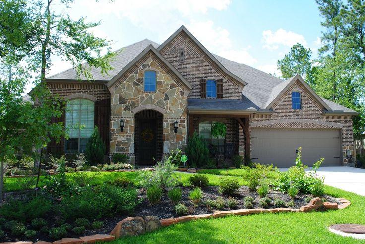 Дизайн фасада кирпичного дома пестрого цвета в тюдора стиле с щипцами