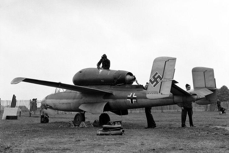 https://flic.kr/p/dxWMao | Heinkel He 162 A « Volksjäger » | Un Volksjäger est présenté au public pendant Thanksgiving à Hyde Park, le 14 septembre 1945.  Courtesy www.theatlantic.com/infocus/2011/10/world-war-ii-after-th...