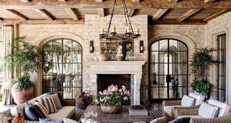 """O estilo country dá charme e aconchego aos espaços. Em depoimento para a revista, Tom Brady também falou sobre a mansão: """"Gisele e eu temos oito irmãs, e há muitas crianças. Construímos esta casa como um santuário para a nossa família, um lugar onde podemos desfrutar de estar juntos."""" Foto: Divulgação / Architectural Digest"""