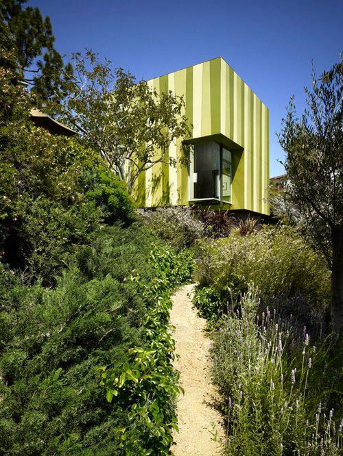 """Designed by Aleks Istanbullu Architects, this little modern guest house has made quite the big impression in Beverly Hills. This small guest house – an 855-sq.-ft. addition to the existing home overlooking Coldwater Canyon – makes a wonderful, """"nature-inspired sculptural retreat"""" for visiting guests, as described by the architect, or as a haven for residents looking for a little """"me"""" time away."""
