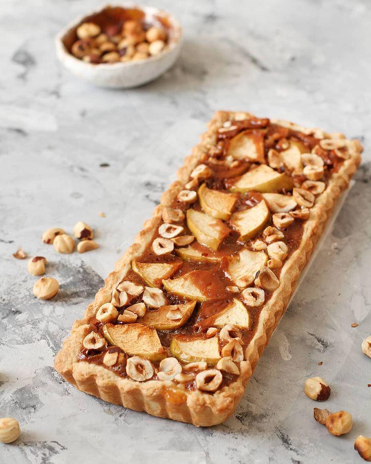 Шоколадной карательный пирог с яблоками и фундуком