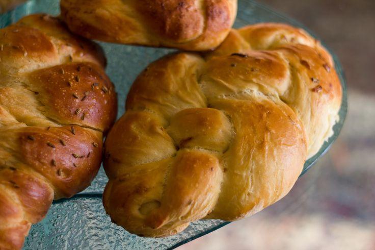 Ricetta della Challà, il pane ebraico tipico dello Shabbat, simile al pan brioches, con tutte le varianti di forme e sapori. Se il video vi è piaciuto mettet...