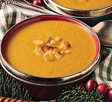 CREMA DE ZANAHORIAS - 500 g de zanahorias - 1 patata grande - 1 puerro (parte blanca) - 750 ml de caldo verduras - 100 ml de nata para cocinar - 50 g de mantequilla - aceite de oliva - pimienta negra molida - sal